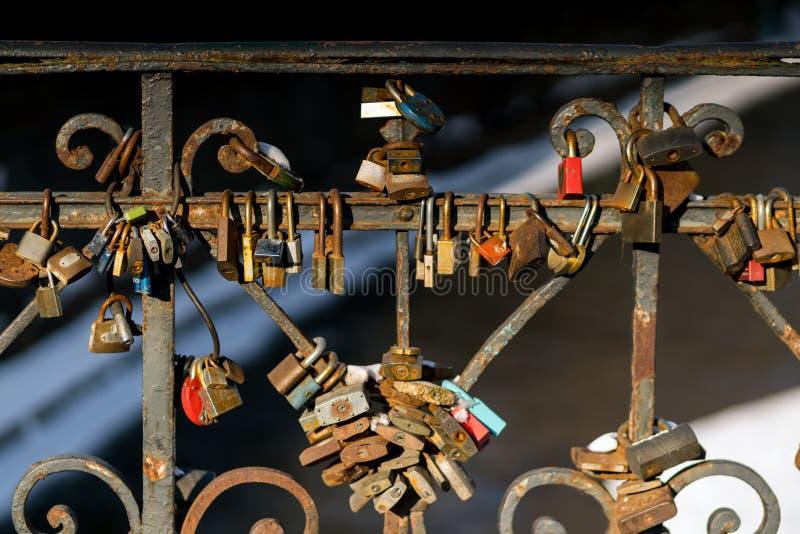 O casamento rústico do vintage trava em um metal que cerca na ponte imagens de stock