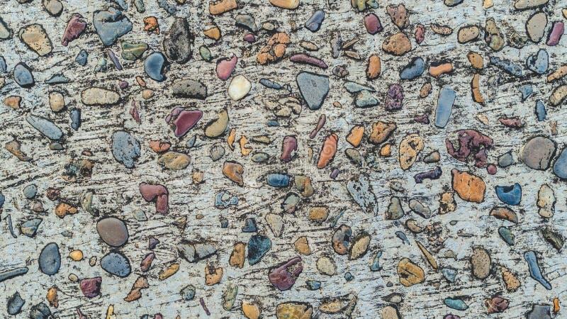 O cascalho apedreja o fundo colorido da textura concreta imagens de stock