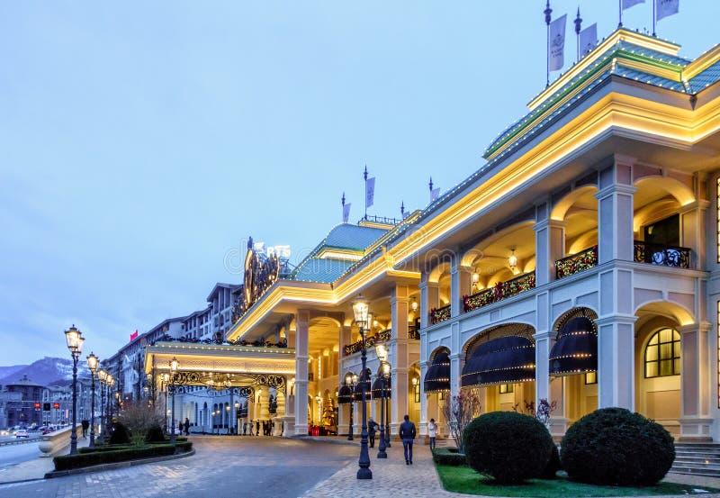 O casino e o recurso de Sochi são construção moderna nova com a decoração exterior na estância de esqui de montanha de Gorky Goro foto de stock royalty free