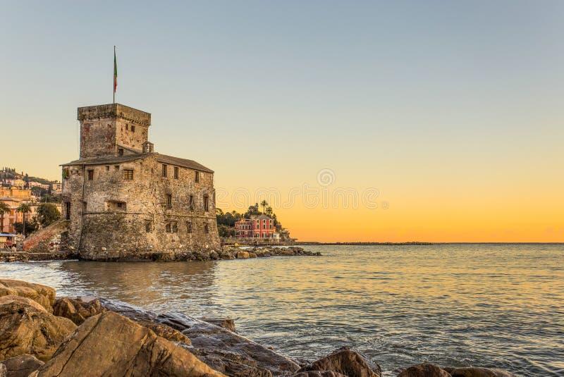 O castelo antigo no mar no por do sol, Rapallo, Genoa Genova, Itália foto de stock royalty free