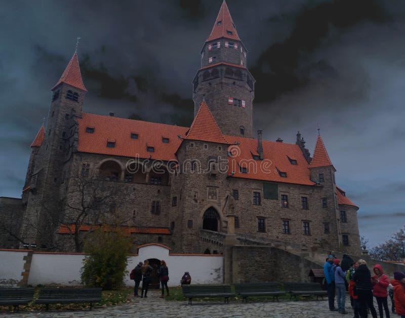 O castelo Bouzov do conto de fadas fotografia de stock