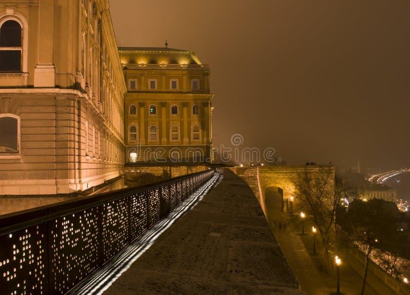 O castelo de Budapest na noite imagens de stock