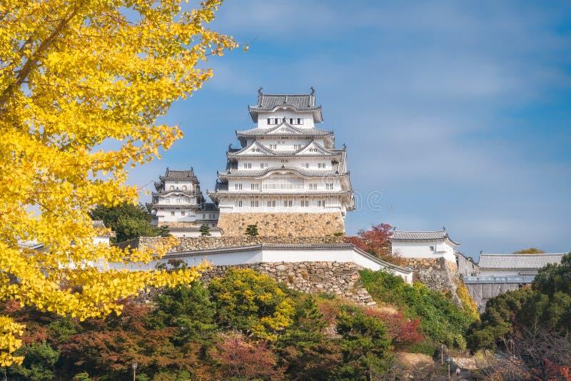 O castelo de Himeji aterra no outono em Japão imagens de stock royalty free