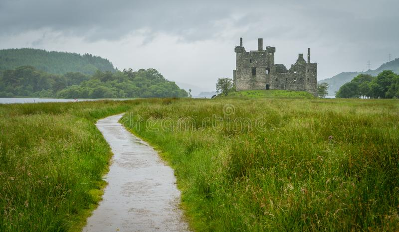 O castelo de Kilchurn, ruínas aproxima o incrédulo do Loch, o Argyll e o Bute, Escócia imagem de stock royalty free