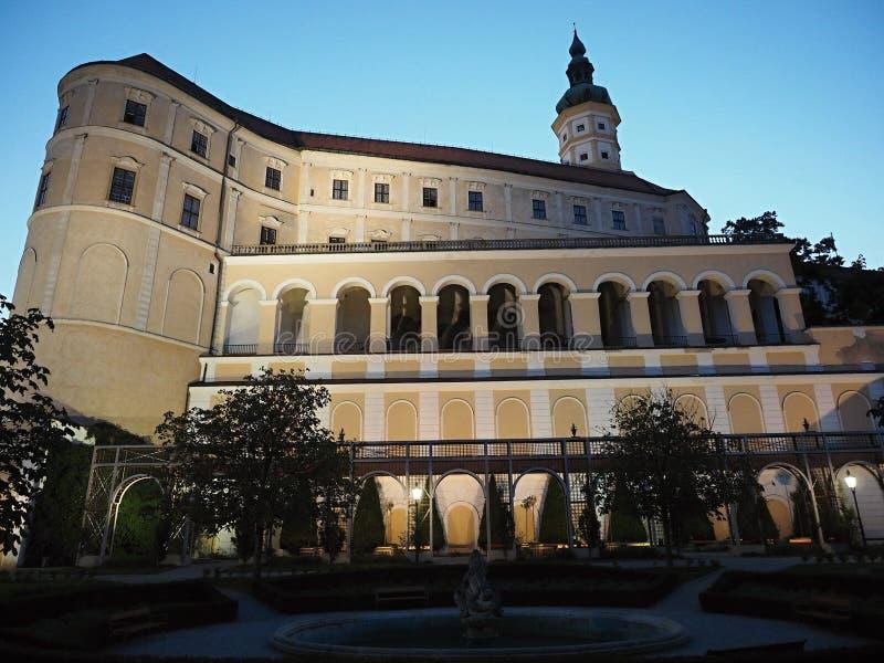 O castelo de Mikulov est? na cidade de Mikulov em Moravia sul, Rep?blica Checa fotografia de stock