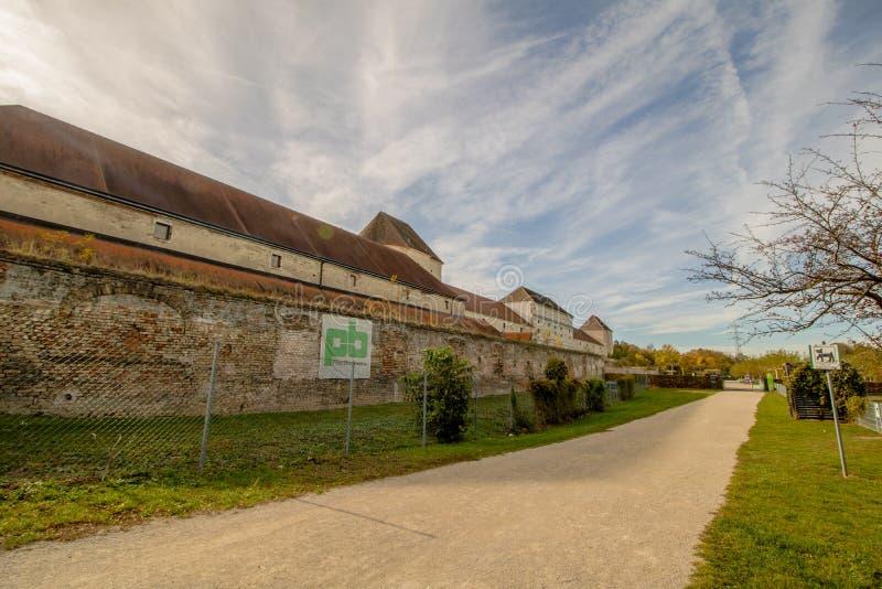 O castelo de Neugebaude com seu parque no fim do verão Viena, Áustria foto de stock
