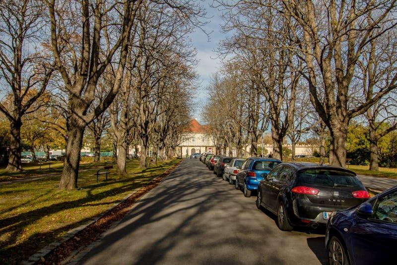 O castelo de Neugebaude com seu parque no fim do verão Viena, Áustria foto de stock royalty free