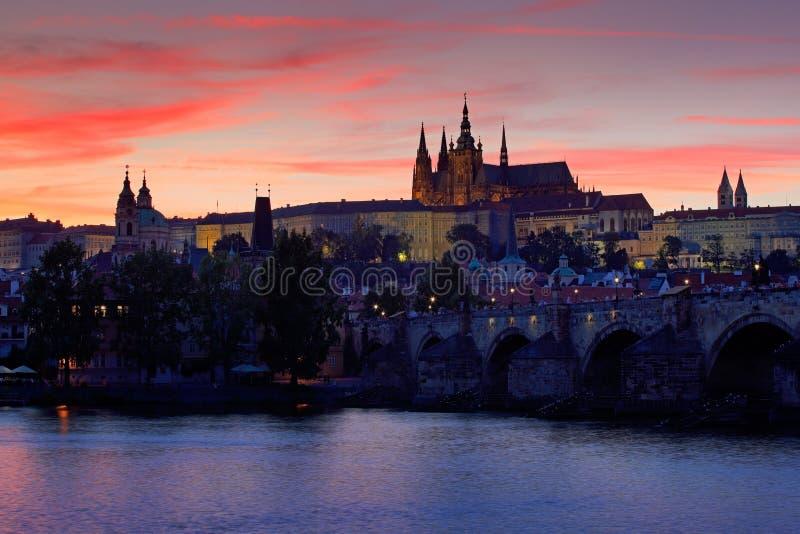O castelo de Praga, o estilo gótico, o castelo antigo o maior no mundo e o Charles Bridge, construído em épocas medievais, barcos foto de stock