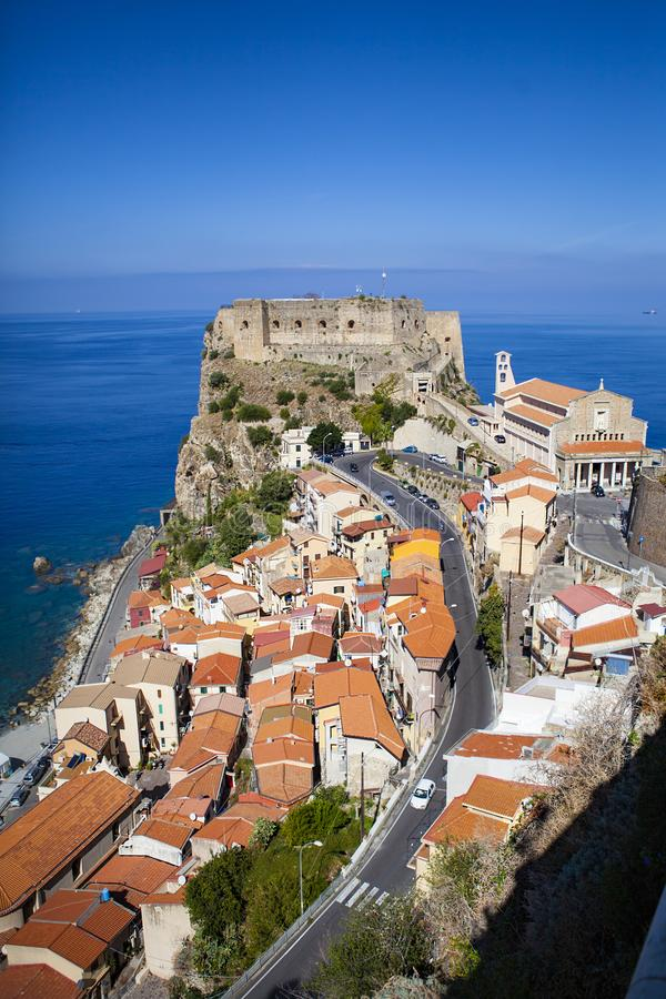O castelo de Ruffo em Scilla, Calabria, Itália imagens de stock