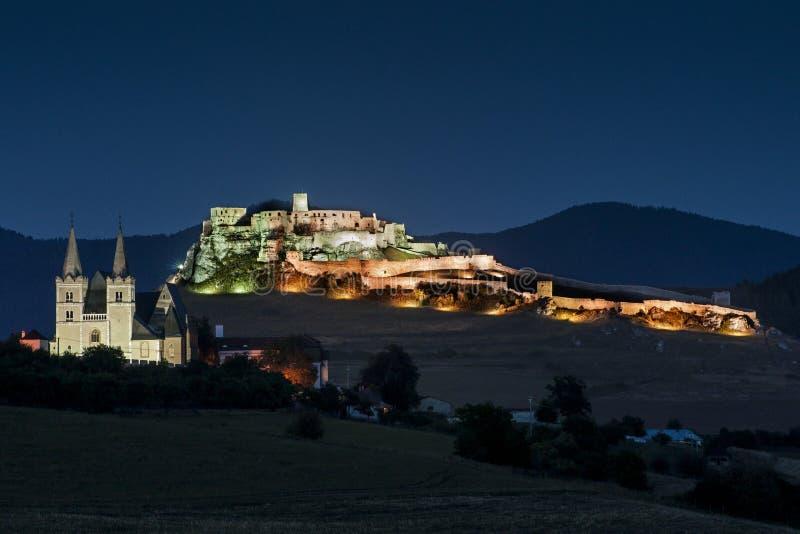 O castelo de Spis e a catedral de St Martin, monumento cultural nacional do hrad do capítulo Spisska - do Spissky (UNESCO) - cast fotografia de stock royalty free