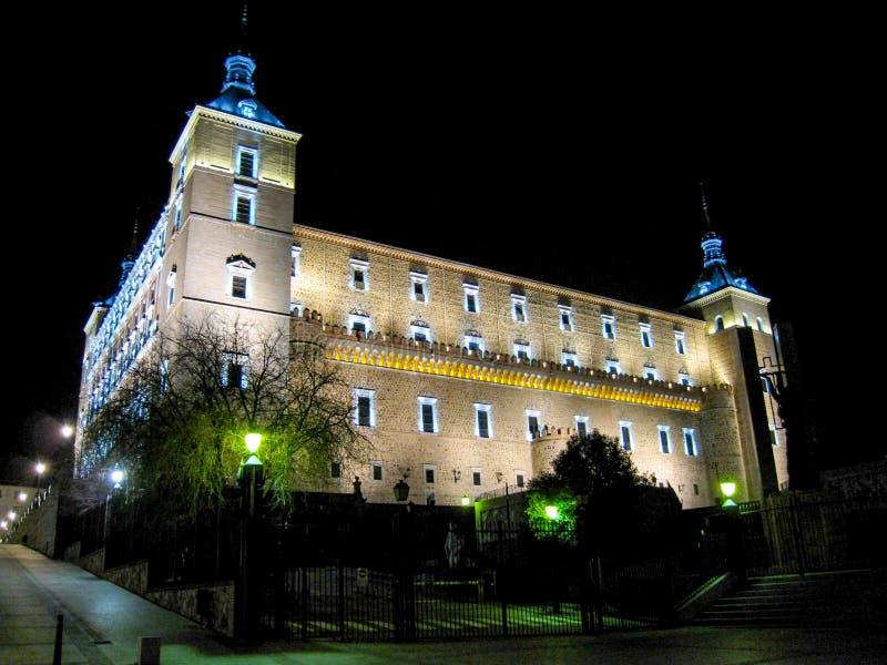 O castelo do alcazar de Toledo iluminou na noite imagem de stock