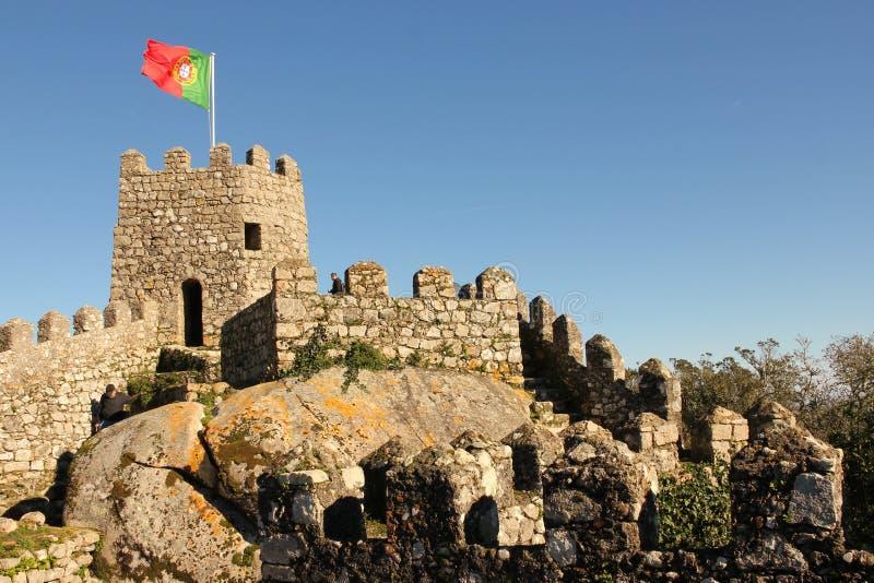 O castelo do amarra. Bandeira portuguesa em uma torre. Sintra. Portugal imagens de stock royalty free