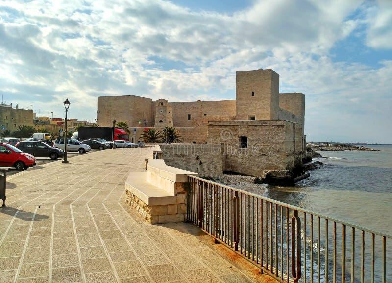 O castelo do forte velho de Trani - cidade pequena cênico em Puglia, Itália imagens de stock royalty free