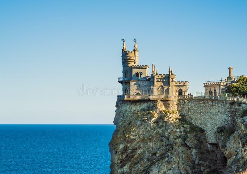 O castelo do ninho do ` s da andorinha sobre o Mar Negro em Crimeia imagens de stock