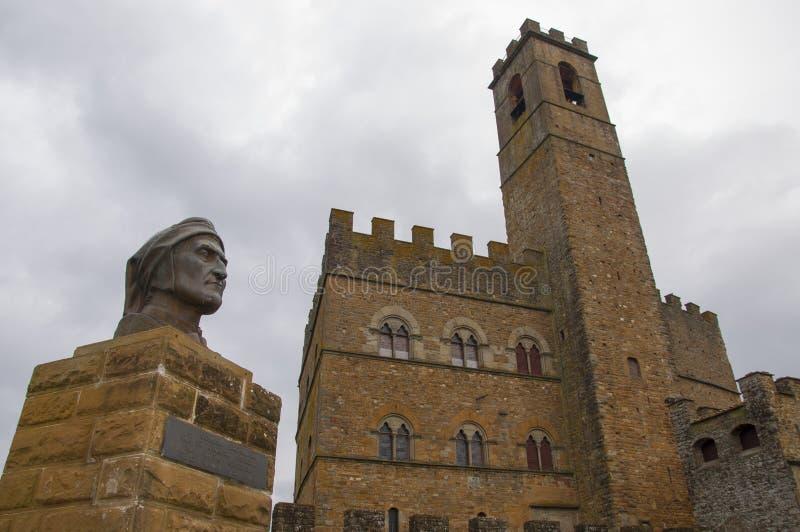 O castelo do poppi e a estátua de Dante imagens de stock