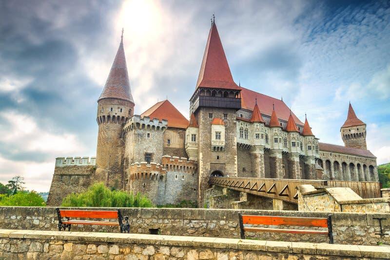 O castelo famoso impressionante do corvin, Hunedoara, a Transilvânia, Romênia, Europa imagem de stock royalty free