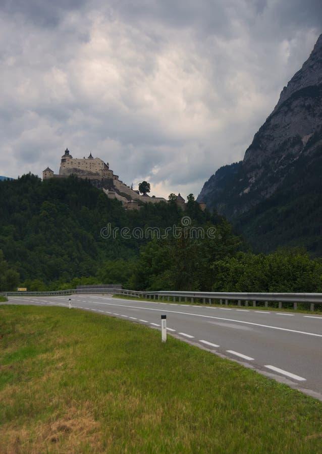 O castelo Festung Hohenwerfen de Hohenwerfen encontrou o o monte ao lado da vila Werfen, Áustria foto de stock