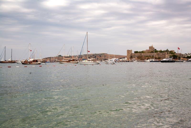 O castelo fortificado velho Costa e porto com barcos, vista da couve de Bodrum do porto, castelo fotos de stock royalty free