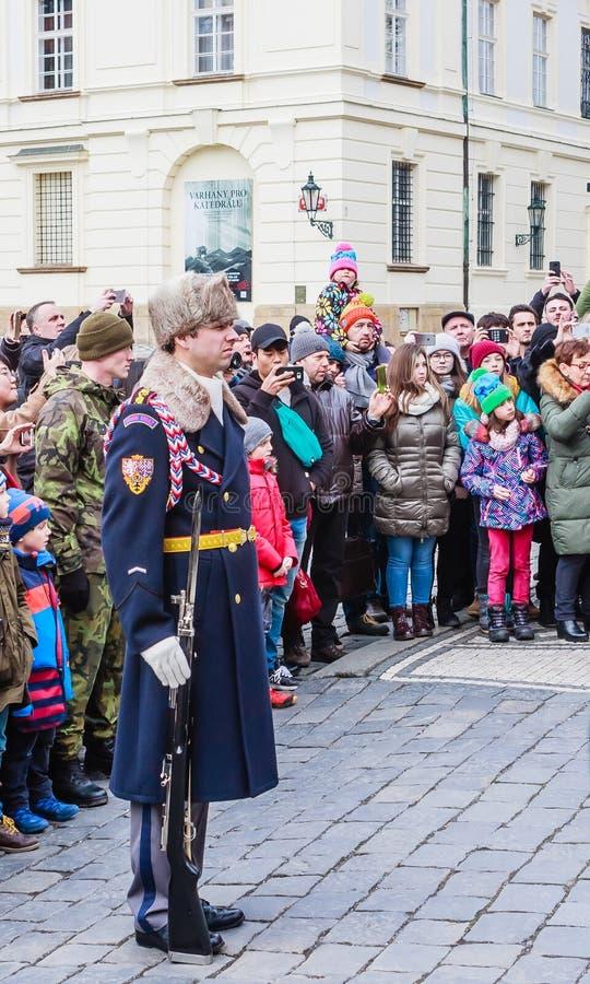 O castelo guarda o straz de Hradni do palácio presidencial imagem de stock