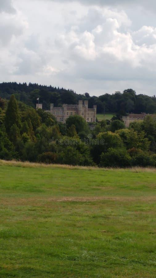 O castelo histórico ajustou-se contra o contexto do céu e da floresta fotos de stock royalty free