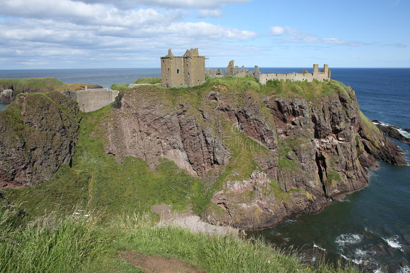 O castelo histórico de Dunnattor em Escócia, Grâ Bretanha fotografia de stock