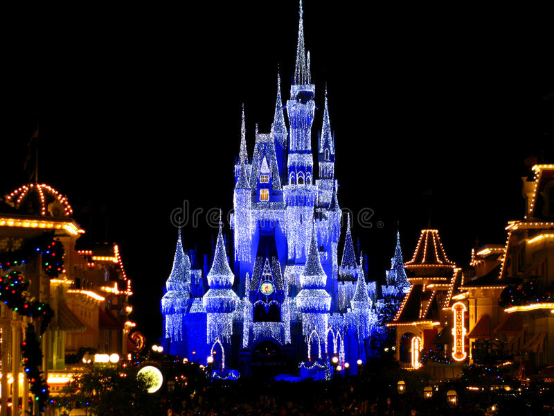O castelo mágico do reino de Disneyworld ilumina 1 fotografia de stock royalty free