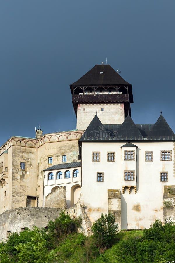 O castelo medieval da cidade de Trencin em Eslováquia imagem de stock