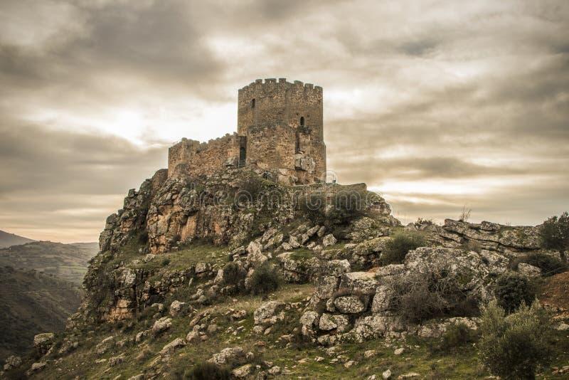 O castelo medieval em um penhasco em um dia nebuloso, Algoso, Vimioso, Miranda faz Douro, Bragança, Tras-ósmio-Montes, Portugal fotos de stock royalty free