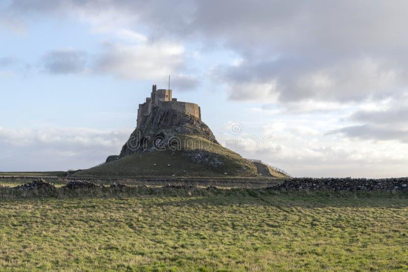 O castelo na ilha santamente de Lindisfarne imagem de stock royalty free