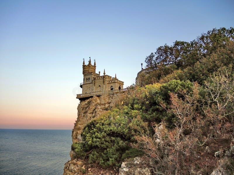 O castelo na rocha imagens de stock royalty free