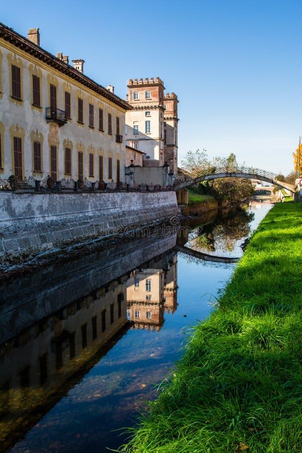 O castelo no rio fotos de stock royalty free
