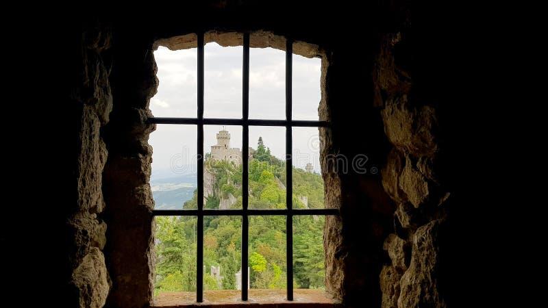O castelo oxidou opinião da cadeia foto de stock