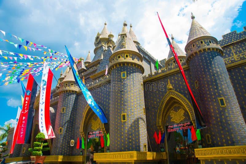 O castelo velho em um parque de diversões O castelo bonito de Harry Potter fotografia de stock