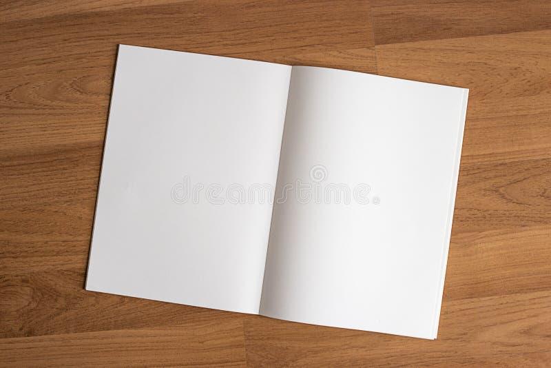 O catálogo e o livro vazios, compartimentos zombam acima no fundo de madeira FO fotografia de stock