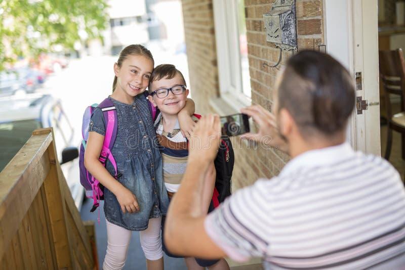 O Caucasian da criança sae em casa para seu primeiro dia no pré-escolar imagens de stock