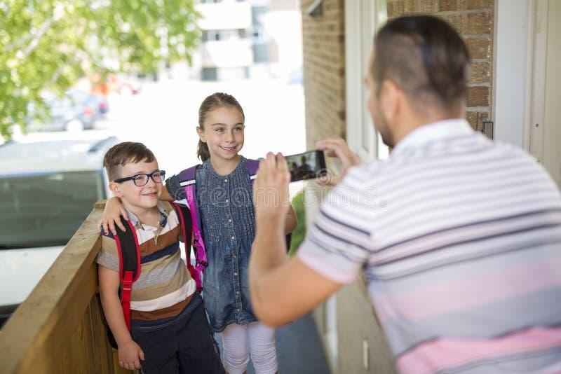 O Caucasian da criança sae em casa para seu primeiro dia no pré-escolar fotografia de stock