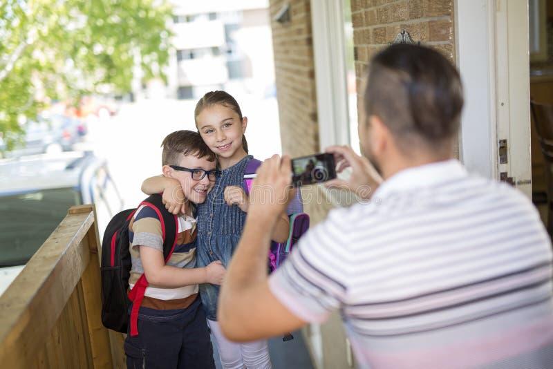 O Caucasian da criança sae em casa para seu primeiro dia no pré-escolar imagem de stock