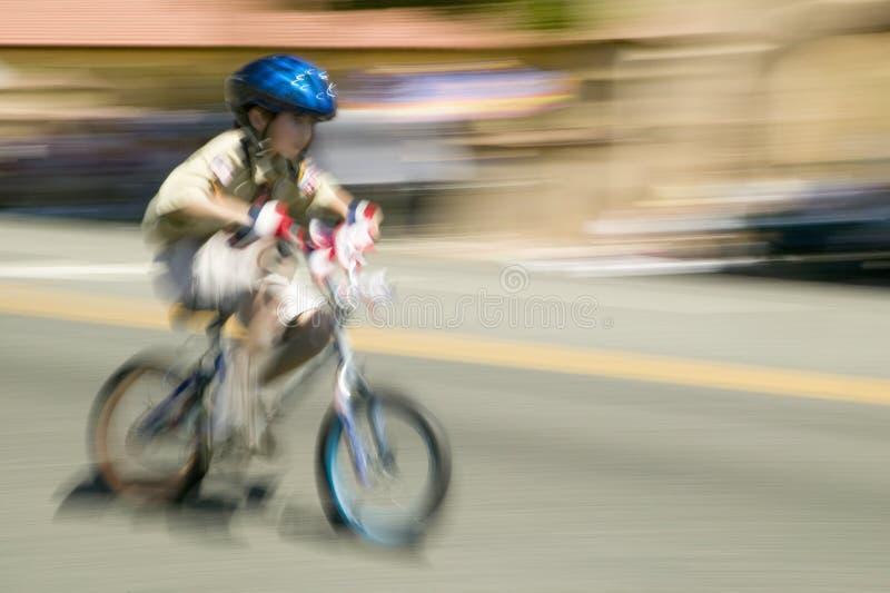 O cavaleiro da bicicleta do menino faz sua rua principal da maneira para baixo durante um quarto da parada de julho em Ojai, CA fotos de stock