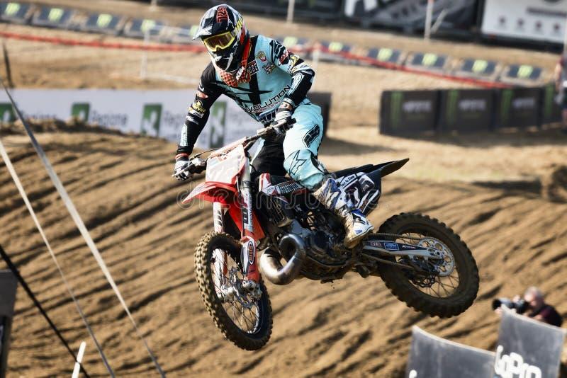 o cavaleiro da bicicleta do motocross salta durante o campeonato mundial italiano 2017 de MXGP imagens de stock