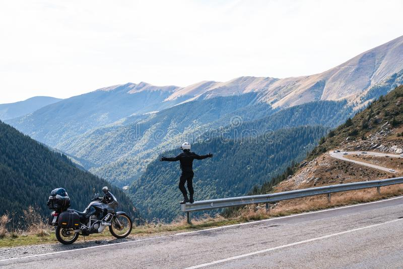 O cavaleiro da motocicleta aprecia o momment Braços levantados velomotor na montanha superior, enduro da aventura, fora da estrad imagem de stock royalty free