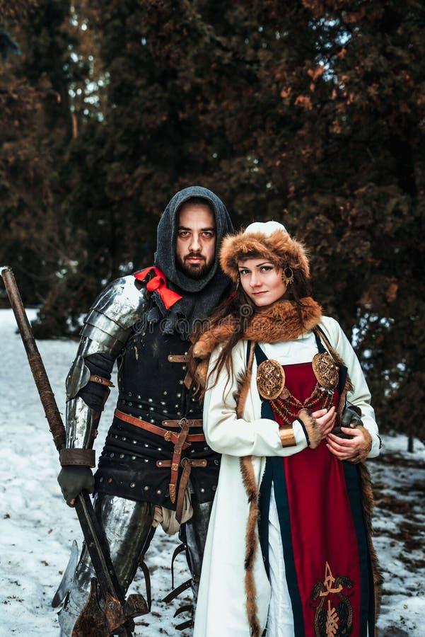 O cavaleiro do homem abraça a mulher fotografia de stock royalty free