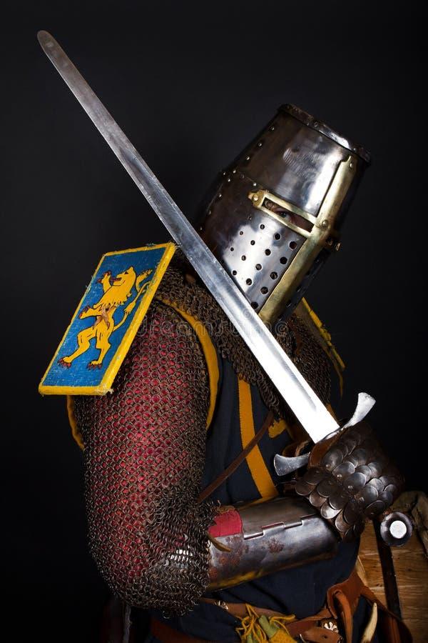 O cavaleiro está prendendo uma espada fotografia de stock royalty free