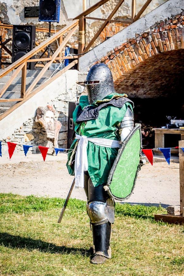 O cavaleiro medieval na armadura completa do combate está pronto ao fight_ fotos de stock royalty free