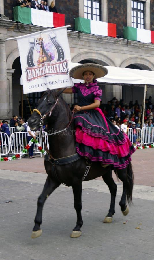 O cavaleiro mexicano da mulher na rua com rosa e o preto vestem-se fotografia de stock royalty free