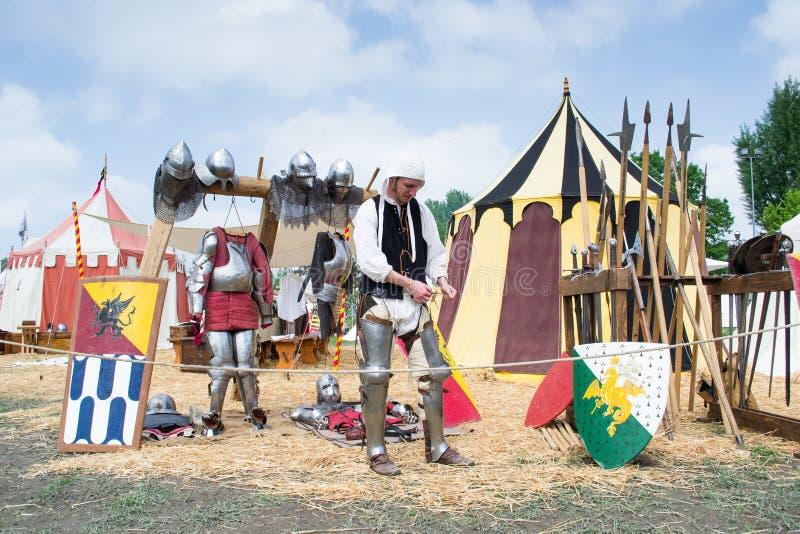 O cavaleiro mostra as peças da armadura medieval foto de stock royalty free