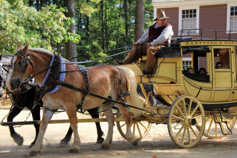 O cavalheiro vestiu-se na roupa do período que toma visitantes para o passeio do vagão, vila velha de Sturbridge, em setembro de  imagens de stock royalty free