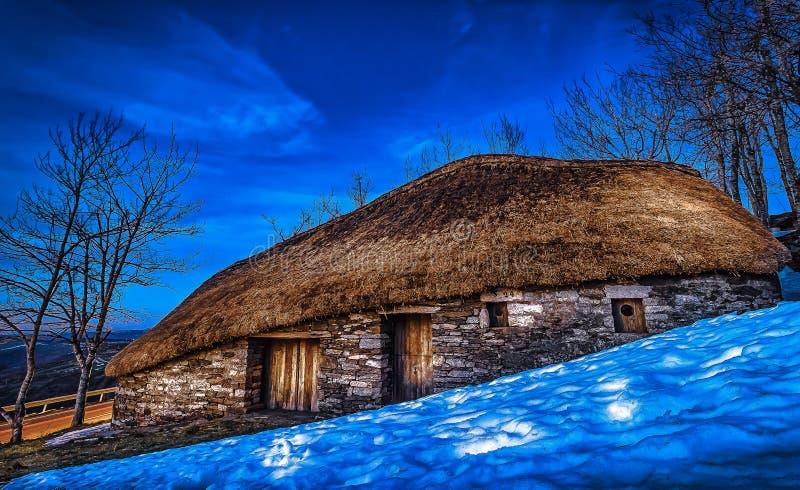 O Cebreiro, Spain Traditional Celtic Thatched Roof Payoza House in de stad O Cebreiro, Spanje, langs de weg naar St James stock foto's