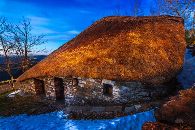 O Cebreiro, Spanje - Traditional Celtic Thatched Roof Payoza House in de stad O Cebreiro, Spanje, langs de weg naar St James stock foto's
