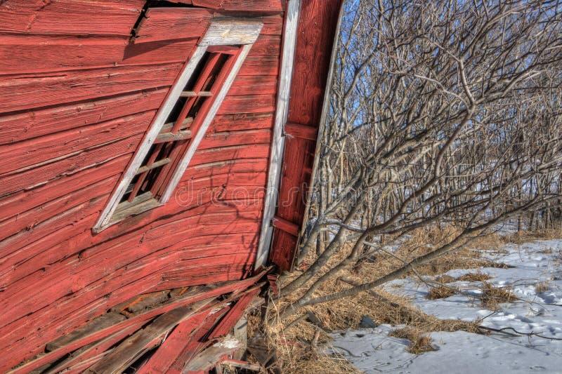 O celeiro vermelho de naufrágio foi ficado situado perto das cidades geminadas em Minnesota antes que desmoronou em 2017 imagem de stock