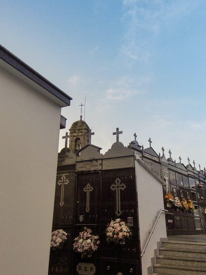O cemitério da igreja do San Salvador imagens de stock